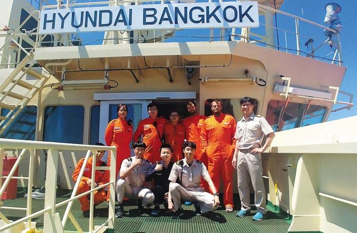 10일 미국인 2명(뒷줄 오른쪽에서 둘째, 셋째)을 구조한 현대상선 소속 '현대방콕호' 선원들.