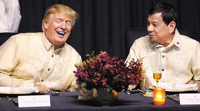작년 11월 12일 필리핀 마닐라에서 열린 아세안정상회의 창설 50주년 기념 만찬에서 트럼프(왼쪽) 미국 대통령이 두테르테 필리핀 대통령과 대화 중에 활짝 웃고 있다.