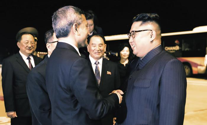 싱가포르 떠나는 김정은 - 김정은(오른쪽) 북한 국무위원장이 지난 12일 밤 싱가포르를 떠나기에 앞서 비비안 발라크리슈난(왼쪽) 싱가포르 외무장관과 악수하고 있다.