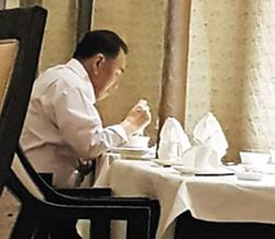 홀로 밥먹는 김영철 - 김영철 북한 통일전선부장으로 추정되는 남성이 미·북 정상회담이 이뤄진 12일 밤 김정은의 숙소인 싱가포르 세인트레지스호텔 식당에서 식사를 하는 모습이 포착됐다. 북한으로 돌아가기 전 저녁 식사를 한 것으로 추정된다.