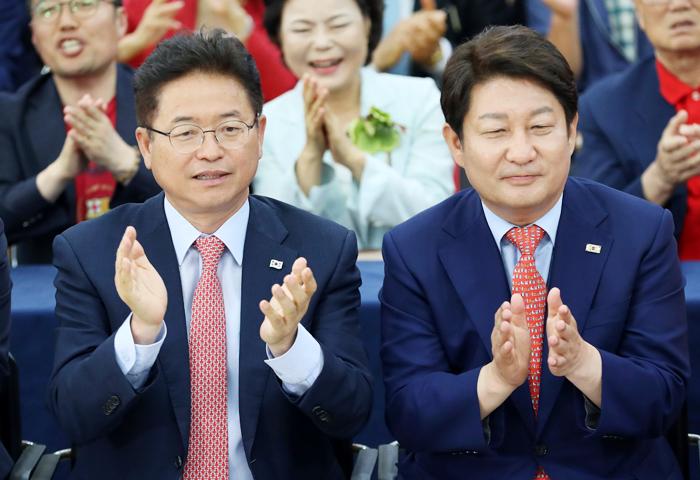자유한국당 이철우(왼쪽) 경북도지사 후보와 권영진(오른쪽) 대구시장 후보가 13일 오후 출구조사 결과를 확인한 뒤 웃으며 박수를 치고 있다.