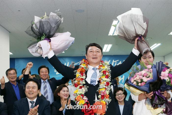 서울 송파을 국회의원 재선거에 나선 더불어민주당 최재성 후보가 13일 오후 자신의 선거사무소에서 당선이 확정되자 지지자들과 축하 세리머니를 하고 있다.