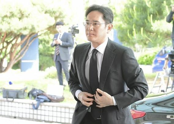 이재용 삼성전자 부회장이 5월 20일 고(故) 구본무 LG그룹 회장의 장례식장에 조문을 위해 들어서고 있다./김지호 기자