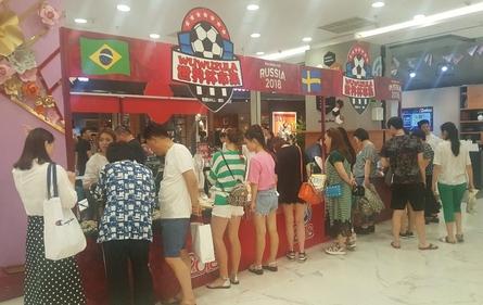 중국 소비 증가율이 15년만에 가장 낮은 수준으로 둔화됐다. 베이징 왕징의 화롄 백화점에서 러시아 월드컵 기념 판촉행사가 열렸다. /베이징=오광진 특파원