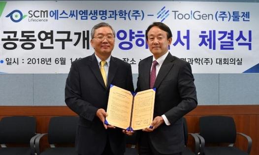 김종문(왼쪽) 툴젠 대표와 이병건 SCM생명과학 대표와 유전자 삽입 줄기세포치료제 개발협력을 위한 MOU 체결을 기념하고 있다. /툴젠 제공