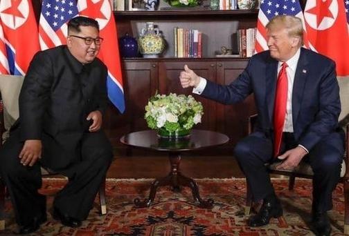 도널드 트럼프 미국 대통령(오른쪽)이 2018년 6월 12일 싱가포르 센토사섬 카펠라 호텔에서 열린 김정은 북한 국무위원장과의 정상회담에서 엄지손가락을 치켜들고 있다. / 마이크 폼페이오 미 국무장관 트위터
