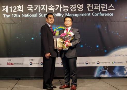 사진=DK도시개발의 김효종 상무가 「국가지속가능경영 대상」보건복지부 장관상을 수상 중이다.