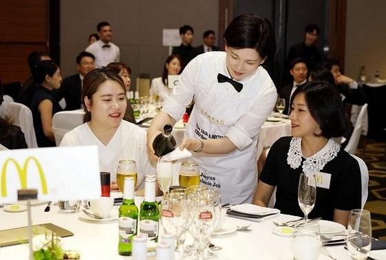 조주연 맥도날드 사장이 고객 감동을 실천한 매장 직원들을 여의도 콘래드 호텔에 초청해 저녁식사와 와인을 대접했다. /한국맥도날드 제공