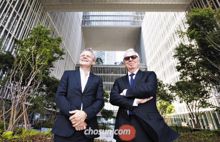 """서울 아모레퍼시픽 신사옥을 설계한 영국 건축가 데이비드 치퍼필드(오른쪽)씨와 크리스토프 펠거씨가 사옥 5층에 있는 정원에 함께 섰다. 치퍼필드는 """"서울을 둘러보며 '콘크리트 정글 속에서도 곳곳에 초록빛 자연이 있다'는 인상을 받았는데 이곳도 마찬가지""""라며 """"이 정원이 앞에 있는 용산가족공원과 어울렸으면 한다""""고 했다."""