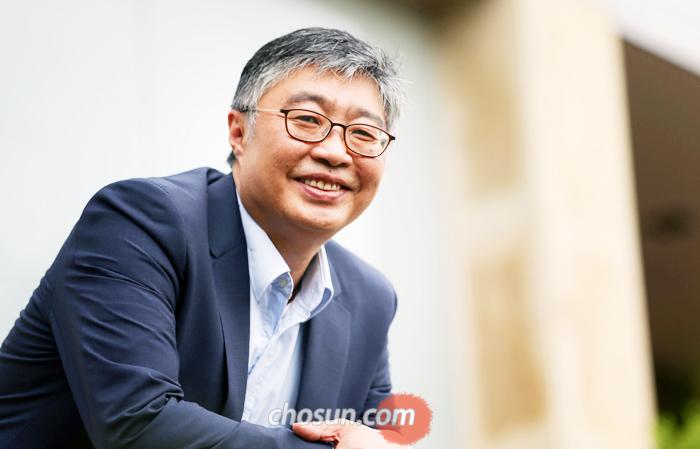 """지난 14일 서울 평창동에서 만난 경제학자 우석훈씨는 """"그동안 '달달하게'와 거리가 멀게 살았다. 돈은 많이 벌지 못해도 생활에 문제는 없다. 행복도 연습이고 습관이다""""라고 했다."""