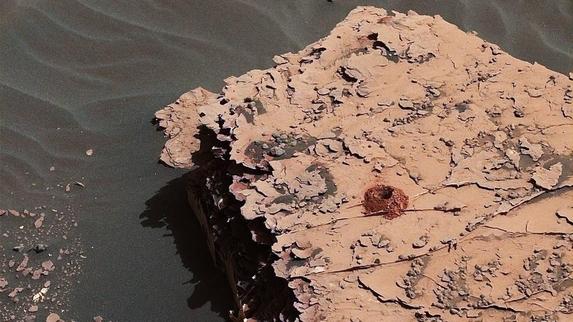 큐리오시티가 지난 5월 화석 암석에 구멍을 뚫어 탐사한 모습. 큐리오시티에 장착된 카메라가 촬영한 뒤 지구로 보내온 사진이다. /NASA 제공