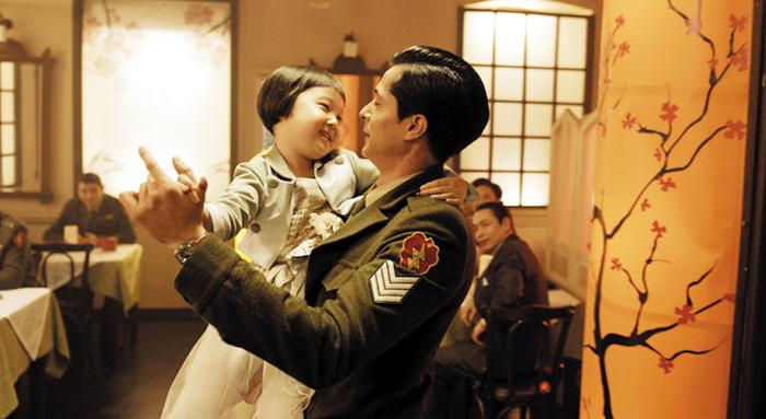 영화 '아일라'의 한 장면. 고아 소녀 아일라를 안고 터키 군인 술레이만이 춤을 추고 있다.