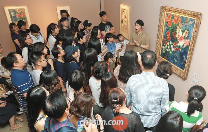 24일'샤갈, 러브 앤 라이프'전이 열리고 있는 서울 예술의전당 한가람미술관을 찾은 관람객들이'연인들'(1937) 앞에서 작품 설명을 듣고 있다.