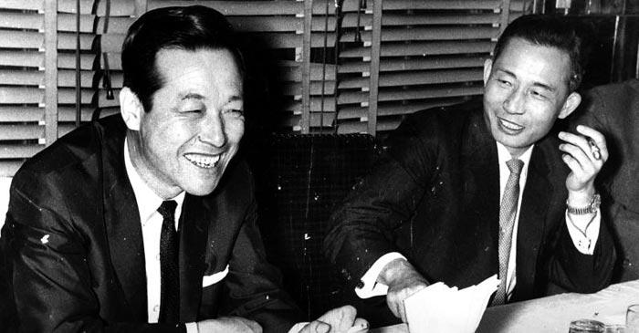 김종필(왼쪽) 전 국무총리가 공화당 의장 시절, 당시 박정희(오른쪽) 대통령과 대화를 나누는 모습.