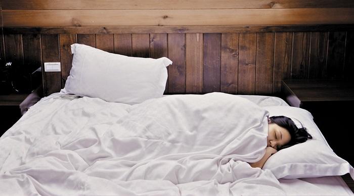 여름에는 매일 이불을 털고 격주로 세탁하면 집먼지진드기로 인한 알레르기 예방에 도움될 수 있다.