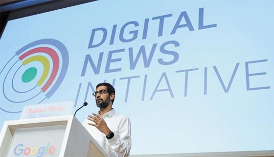 순다르 피차이 구글 최고경영자(CEO)가 프랑스 파리정치대학(시앙스포)에서 유럽 언론인들에게 자사의 '뉴스 이니셔티브'를 설명하는 모습.