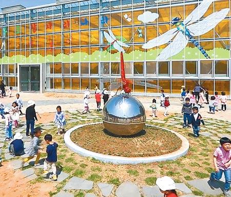 잠자리 1만5000여 마리가 날아다니는 경남 창녕군의'우포 잠자리 나라'공원.