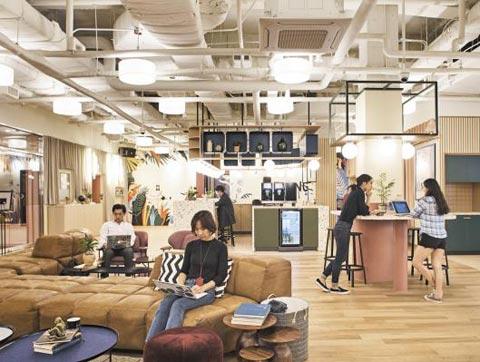 공유 오피스 위워크 삼성역점에서 입주자들이 업무를 보고 있다.