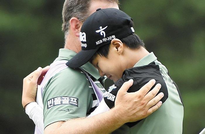 좀처럼 감정 표현을 하지 않는 박성현이 2일 위민스 PGA챔피언십에서 우승을 확정한 뒤 캐디를 안고 기쁨의 눈물을 흘리는 모습.