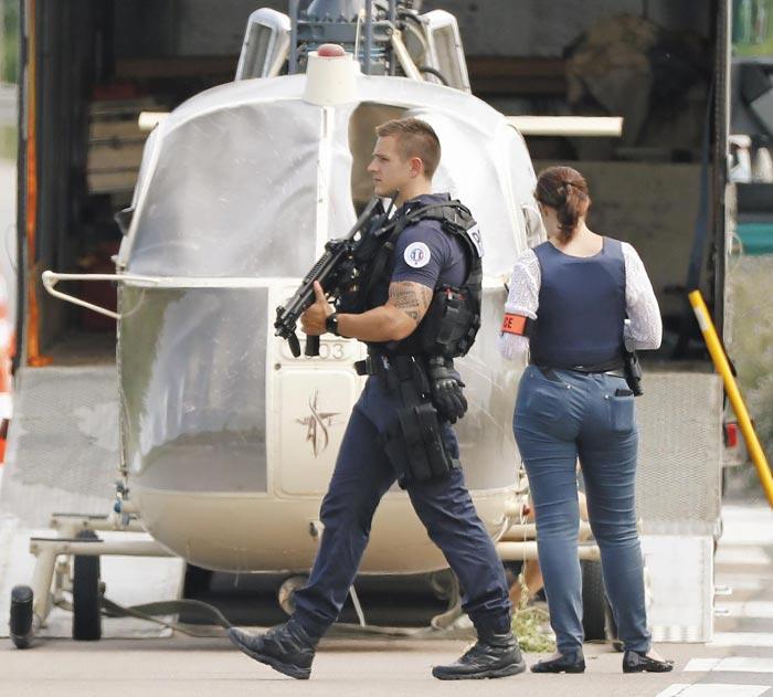 1일(현지 시각) 프랑스 파리 외곽 고네스 지역에서 탈옥범 레두안 파이드가 버리고 간 헬리콥터를 경찰이 조사하고 있다.
