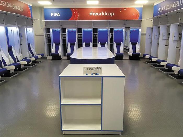 """16강 경기 졌는데, 라커룸 싹 청소하고 '감사합니다' 메모까지… 어느 팀일까요 - 16강 탈락의 아쉬움을 먼지 한 톨 남기지 않은 채 떠난 팀이 있다. 3일(한국 시각) 2018 러시아월드컵 일본-벨기에의 16강전이 끝난 뒤 FIFA 직원이 트위터에 공개한 일본 대표팀 라커룸 모습. 마치 아직 사람의 손길이 닿지 않은 새 라커룸 같다. 일본 선수들은 라커룸뿐 아니라 경기장 벤치까지 말끔하게 치웠다고 한다. 일본 선수단은 라커룸을 떠나면서 탁자에 '스파시바(Спасибо)'란 메시지를 남겼다. 러시아어로 """"감사합니다""""라는 뜻이다. 이날 일본은 벨기에에 2대3으로 역전패했다."""
