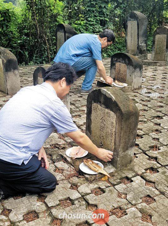 3일 백범김구선생기념사업협회 중국 답사팀이 광저우 황푸다오 학생군묘에 있는 한국인 묘비를 참배하고 있다.