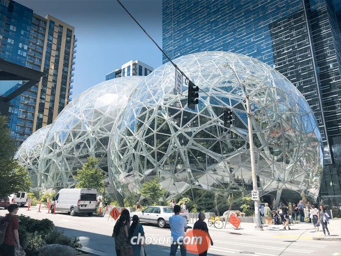 아마존이 올해 초 미국 시애틀 본사 옆에 지은 업무 공간 '더 스피어스'. 유명 건축회사 NBBJ가 설계한 이 건물엔 아마존 창업자 제프 베이조스의 이름을 따 '베이조스의 공들(Bezos'Balls)'이라는 별명이 붙었다. 맨 오른쪽 건물에 있는 작은 전시실 '언더스토리(Understory)'는 매일 열려 있고 그 외 공간은 매달 첫째 주와 셋째 주 토요일에 예약자에 한해 개방된다.