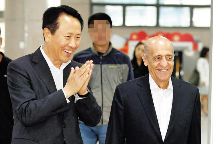 """5일 광주광역시 광산구 광주공항에 도착한 훌리오 마글리오네(오른쪽) 국제수영연맹 회장이 조영택 광주세계수영선수권대회 조직위원회 사무총장의 환대를 받고 있다. 마글리오네 회장은 이날 """"내년 대회에 북한 선수단이 참가하도록 적극 지원하겠다""""고 밝혔다."""