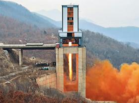 평안북도 철산군 동창리에 있는 서해위성발사장에서 작년 3월 18일 신형 고출력 로켓 엔진의 지상 분출을 시험하는 모습.