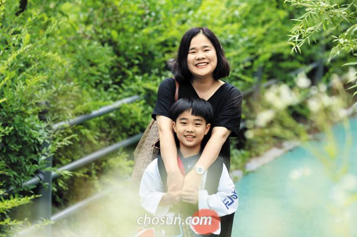 """김미영씨와 아들 정소명군. 김씨는 """"소아 당뇨를 앓는 아이도 몸 관리만 잘하면 또래보다 건강하게 자랄 수 있다. 온가족이 감기에 걸려도 바이러스가 소명이만 피해 간다""""며 웃었다."""