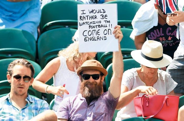 지난 7일 라파엘 나달(스페인)과 알렉스 드 미나르(호주)의 윔블던 남자 단식 3라운드 경기 도중 한 남성이'축구가 보고 싶다. 가자, 잉글랜드'라고 쓴 팻말을 든 모습.
