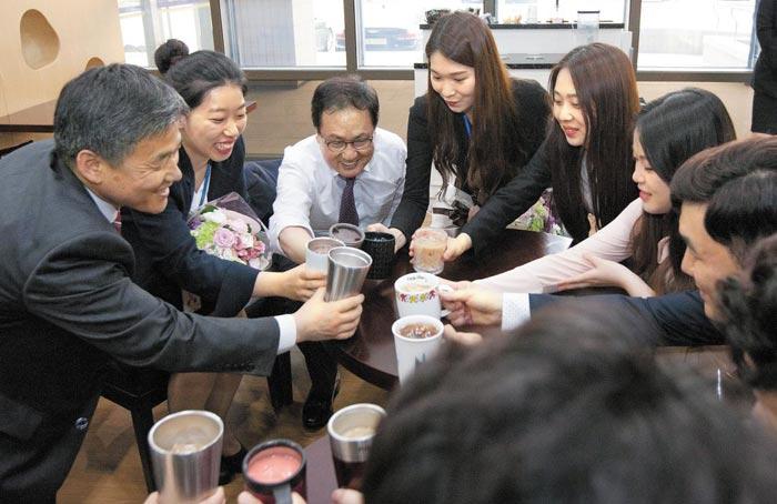 유영민(왼쪽에서 셋째) 과학기술정보통신부 장관이 지난 5월 정부과천청사 카페에서 수습주무관들과 텀블러·머그컵에 담긴 음료를 마시며 간담회를 하고 있다.