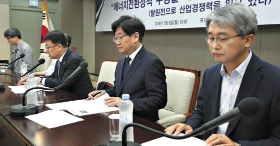 김학노(오른쪽에서 셋째) 한국원자력학회장이 9일 오전 서울 중구 프레스센터에서 열린 기자회견에서 '에너지 전환 정책 수정을 제안한다'는 내용의 성명서를 발표하고 있다.