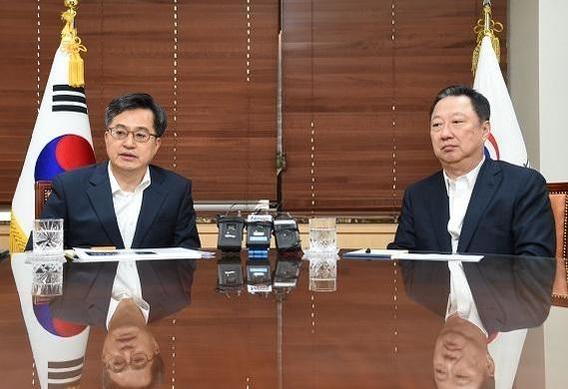 박용만(오른쪽) 대한상공회의소 회장이 6월 15일 정부서울청사에서 김동연 경제부총리 겸 기획재정부 장관을 만나 규제개혁 절차 개선방안에 대해 건의했다./기획재정부 제공