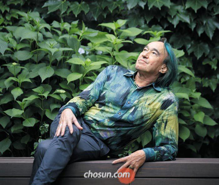 '수직 정원'을 개발한 식물학자 패트릭 블랑은 머리부터 상의, 손톱까지 온통 그린(초록색)이었다.