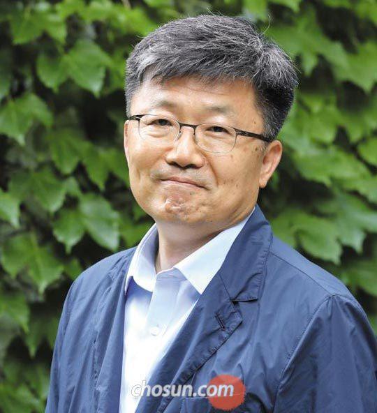 """박철화는""""김현의 문학 비평은 텍스트에 흐르는 언어의 물길을 터서 멀리 가도록 했다""""고 회상했다."""