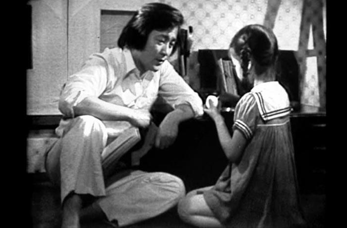 소설 '사랑손님과 어머니'를 원작으로 한 드라마에서 옥희가 달걀을 들고 사랑손님과 대화하는 장면.