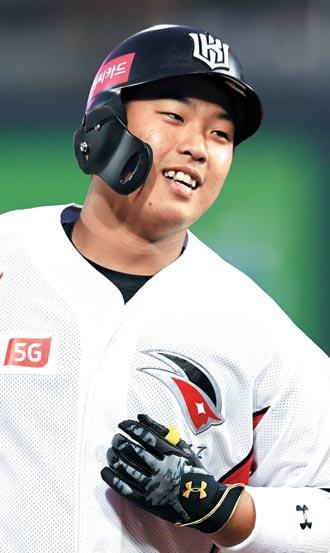 10일 두산전에서 투런 홈런을 친 KT 강백호가 환한 표정으로 그라운드를 도는 모습.