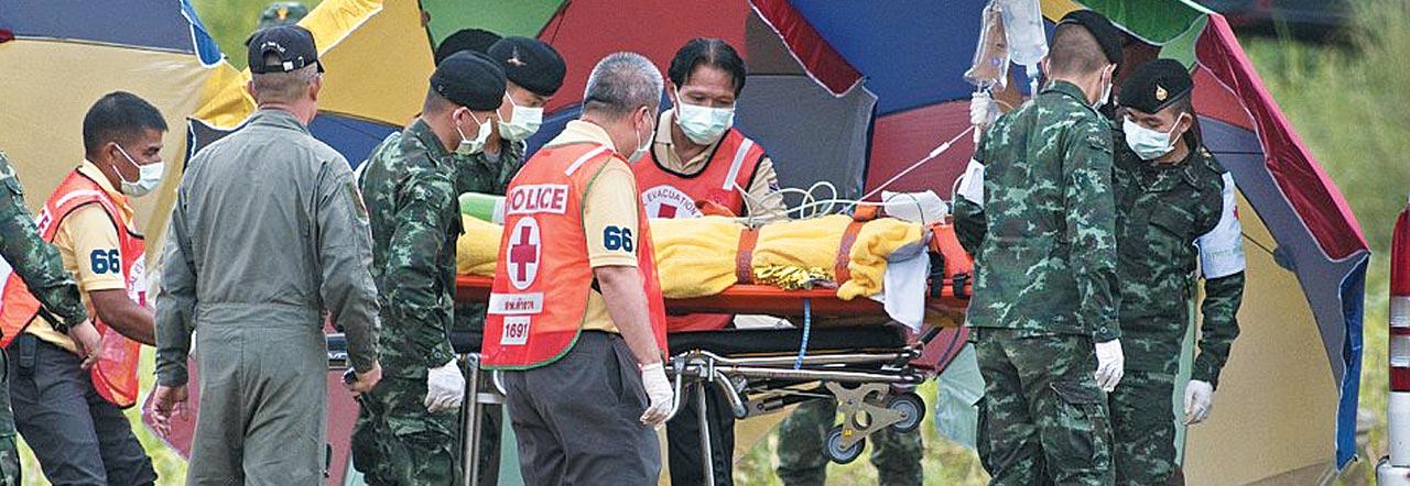 10일(현지 시각) 태국 북부 치앙라이주(州) 탐루앙 동굴에 고립됐다가 18일 만에 구조된 소년이 인근 병원으로 옮겨지고 있다