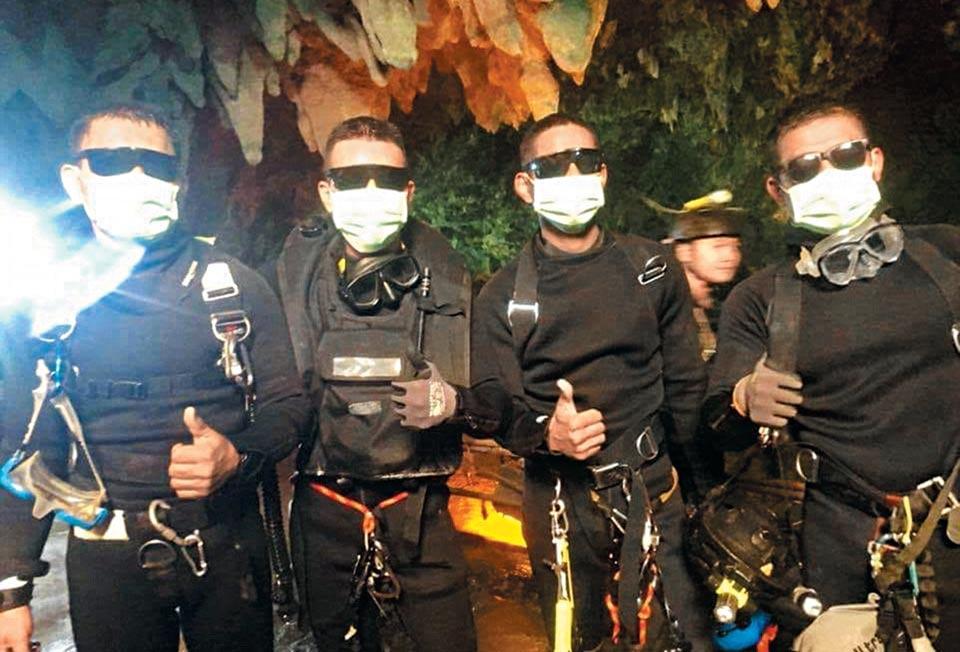 구조작전에 참여한 태국 네이비실 대원들이 동굴을 빠져나온 뒤 엄지손가락을 치켜 든 모습.