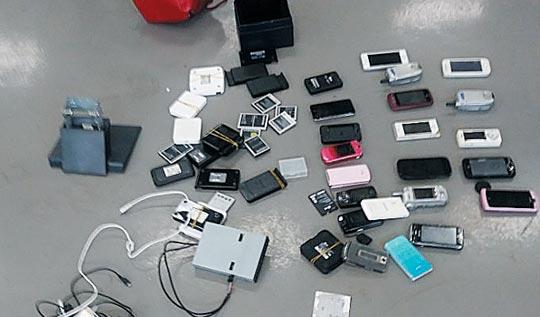 특검이 새로 찾아낸 휴대전화와 유심칩.