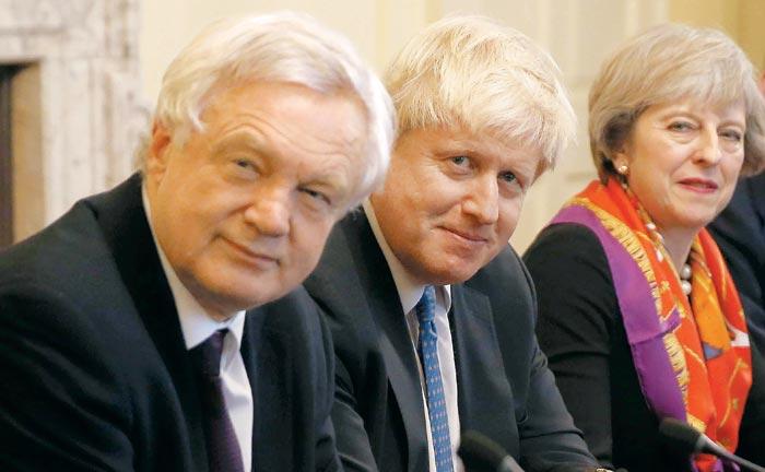2016년 영국 국민투표로 브렉시트를 결정한 뒤 새로 꾸려진 보수당 내각에서 테리사 메이 총리(맨 오른쪽)와 보리스 존슨 외무장관(가운데), 데이비드 데이비스 브렉시트부 장관(맨 왼쪽)이 런던 총리관저에 모여 회의를 하고 있다.