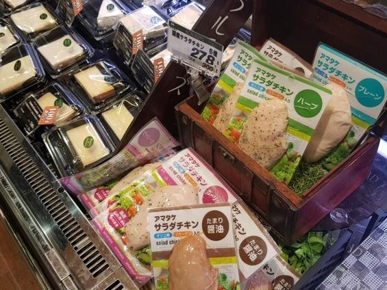 본라파스에서 판매중인 다양한 종류의 샐러드 치킨. 약  2800원에 판매되고 있다. 건강을 챙기는 노인층과 여성들에게 인기가 높아 주력 반찬으로 급부상했다./유윤정 기자