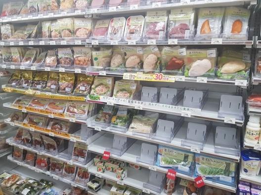 일본 1위 편의점 세븐일레븐에서 판매되는 다양한 종류의 샐러드치킨. 스프에 넣어서 끓이기만 하면 삼계탕이 되는 제품, 허브와 카레 맛으로 양념한 제품, 일본식 냉면에 곁들여 넣는 제품 등 다양한 제품이 판매되고 있다. /유윤정 기자