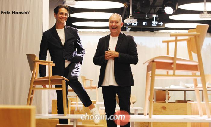 """덴마크 디자인 회사 프리츠 한센의 디자인 총괄 크리스티안 앤더슨(오른쪽)과 다리오 레이크를 아시아 지사장이 신제품 '엔(N)제로원' 뒤에 서 있다. 이들은 """"국토가 작고 자원이 없는 덴마크에선 그나마 나무로 무언가를 만들어야 했기 때문에 가구 디자인이 발전했다""""고 했다."""