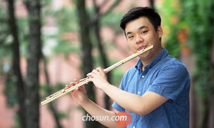 지난 9일 서울 광화문에서 만난 김유빈. 8년 전 우리나라에서 산 플루트를 여전히 쓰고 있다.
