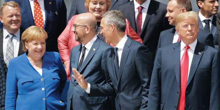 메르켈과 트럼프 사이 - 11일(현지 시각) 벨기에 브뤼셀에서 열린 나토(NATO·북대서양조약기구) 정상회의에 참석한 각국 정상들이 개막 행사에서 이야기를 나누고 있다. 앞줄 오른쪽부터 도널드 트럼프 미 대통령, 옌스 스톨텐베르그 나토 사무총장, 샤를 미셸 벨기에 총리, 앙겔라 메르켈 독일 총리.