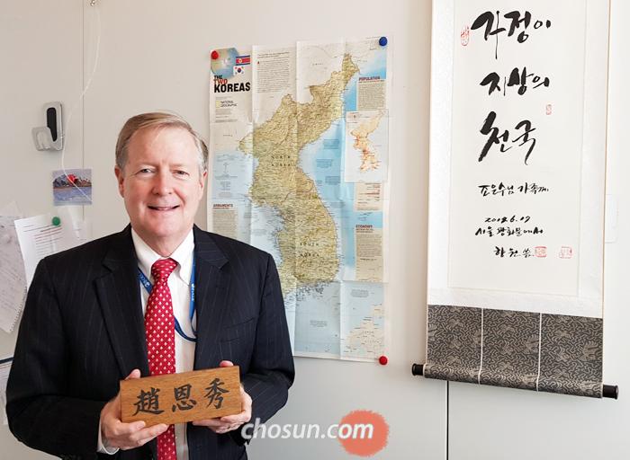 프랑스 파리 OECD 본부의 랜들 존스 한국경제담당관 사무실에는 그의 한국식 이름 '조은수'를 한자로 새긴 명패와 한반도 지도, '가정이 지상의 천국'이란 한글 글귀가 있다.