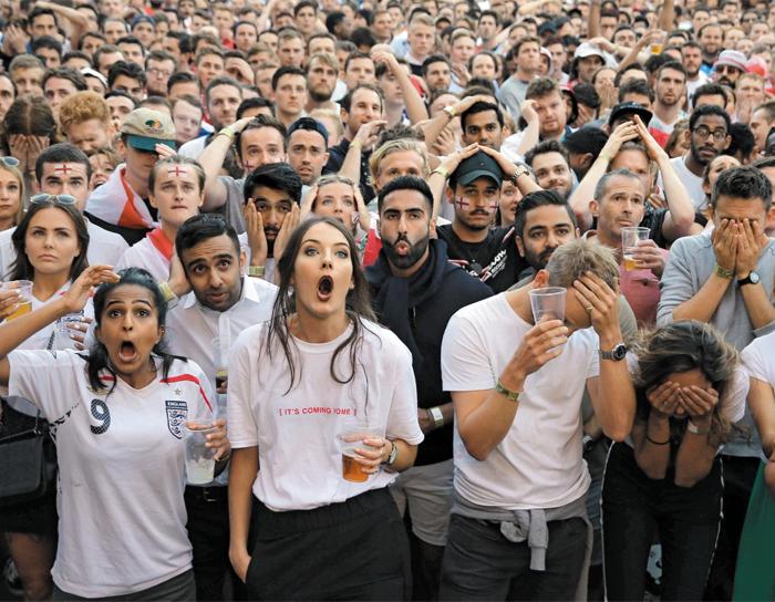 52년 만에 월드컵 우승을 꿈꾼 잉글랜드의 팬들이 12일 런던의 한 광장에서 크로아티아의 역전골 장면을 지켜보며 좌절하는 모습.