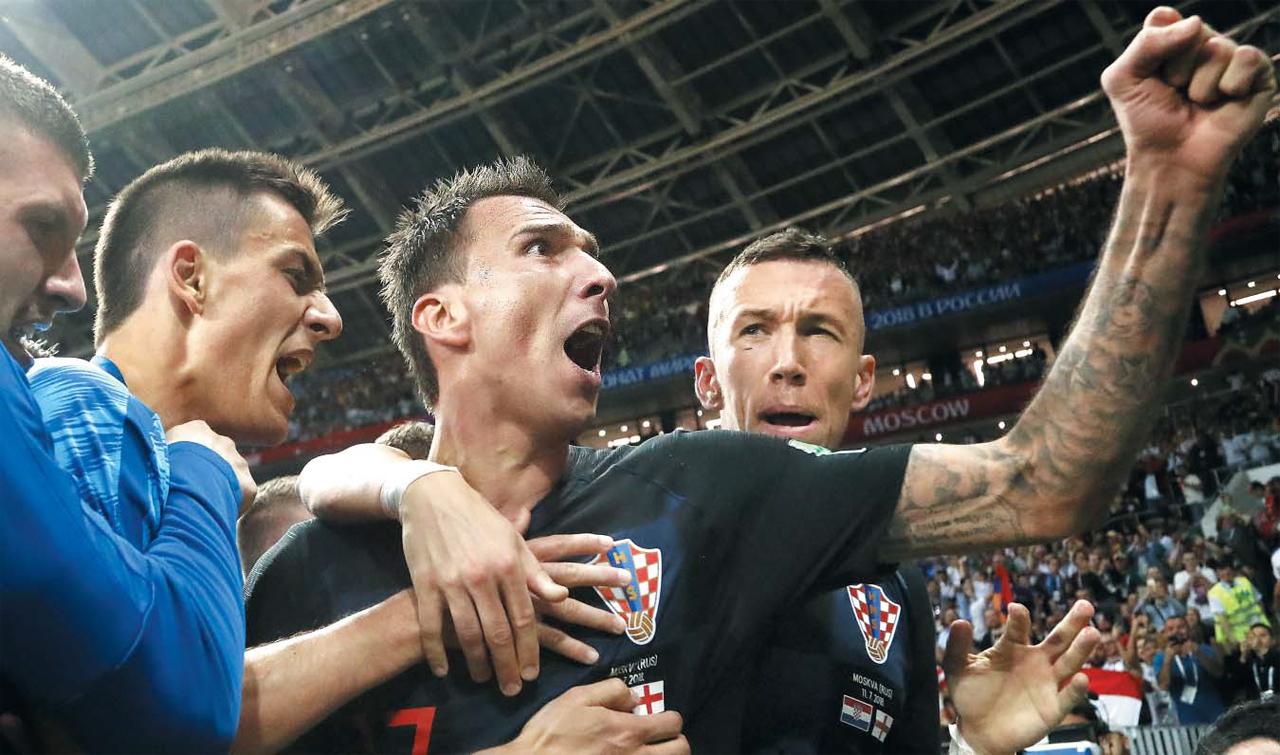 유럽의 작은 나라 크로아티아가 잉글랜드를 무너뜨렸다. 크로아티아 공격수 마리오 만주키치(오른쪽에서 둘째)가 1―1로 맞선 연장 후반 4분 극적인 결승골을 터뜨린 후 주먹을 불끈 쥐며 포효하는 모습. 대회 도중 한 명을 퇴출시켜 22명으로 대회를 치른 크로아티아는 결승에 오를 때까지 팀 전체가 732㎞를 뛰어다녔다.